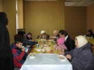 За трапезой в социальной столовой г.Александровска