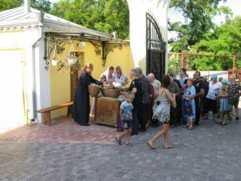 Раздача хлеба, Свято-Вознесенский храм, г.Александровск, июль 2014