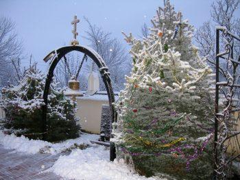 Рождественская атмосфера во дворе Свято-Вознесенского храма