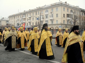 Крестный ход, двинувшийся с места проведения богослужения к Николо-Преображенскому кафедральному собору, продолжил общую молитву
