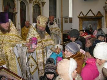 Всем детям, которые пришли в храм на праздник Рождества, были вручены сладкие подарки