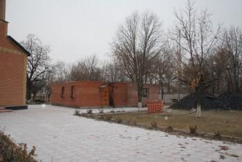На территории храма разрушены - трапезная, воскресная школа, котельная