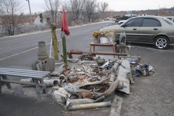 """Коллекция """"памятных подарков"""" на александровском блокпосту"""