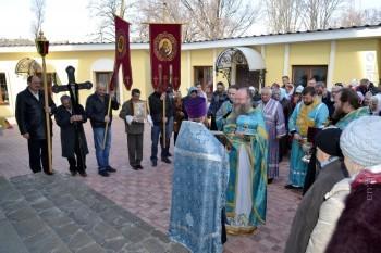 После праздничной Божественной литургии был совершён Крестный ход — торжественное совместное шествие священнослужителей и мирян с Крестом, хоругвями и иконами