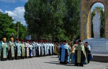 У памятного знака Божией Матери в Луганске