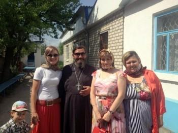 Отец Владимир Креслянский с прихожанами